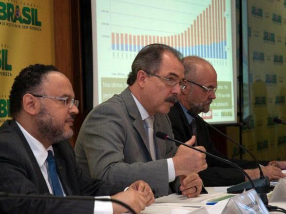 Entre o secretário executivo Henrique Paim e o presidente do Inep, Luiz Cláudio Costa, o ministro Mercadante apresenta os resultados do Censo da Educação Superior 2012 (Foto: João Neto/MEC)